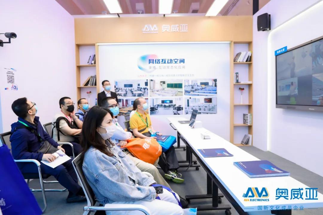 嘉宾围坐在网络互动空间展区参观.jpg