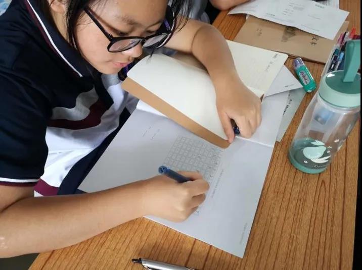 珠海三中学生使用智能笔完成作业书写.jpg